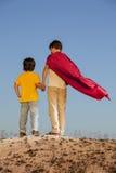 Dos muchachos que juegan a super héroes fotos de archivo