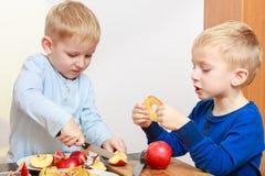 Dos muchachos que pelan manzanas y la consumición Fotografía de archivo