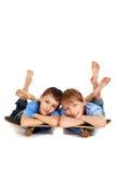 Dos muchachos que presentan en un patín Imágenes de archivo libres de regalías