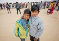 Dos muchachos que se colocan en la muchedumbre de gente Imagenes de archivo