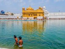 Dos muchachos sikh en el templo de oro Fotos de archivo libres de regalías