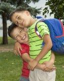 Dos muchachos son hermanos en los brazos Fotos de archivo libres de regalías