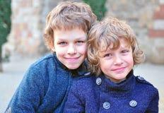 Dos muchachos sonrientes Foto de archivo