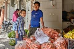 Dos muchachos trabajan en una tienda vegetal, Kashan, Irán Imagenes de archivo