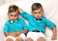 Dos muchachos tristes de los géminis Imagen de archivo