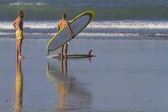 Dos muchachos van a practicar surf Fotografía de archivo libre de regalías
