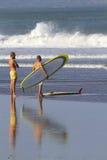 Dos muchachos van a practicar surf Imagen de archivo