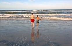 Dos muchachos y hermanos en la playa Imagen de archivo