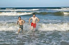 Dos muchachos y hermanos en la playa Fotos de archivo