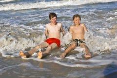 Dos muchachos y hermanos en la playa Foto de archivo libre de regalías