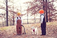 Dos muchachos y un perro Imagen de archivo libre de regalías