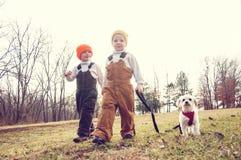 Dos muchachos y un perro en un correo Imágenes de archivo libres de regalías