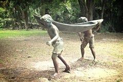 Dos muchachos y una canoa Foto de archivo