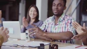 Dos muestras de los socios, africanas y caucásicas un contrato Grupo de personas que aplaude en un fondo en la oficina MES lento almacen de video