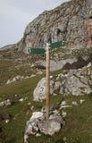 Dos muestras direccionales de madera en un poste Foto de archivo libre de regalías