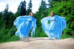 Dos mujer, gemelos en el bosque Fotografía de archivo libre de regalías