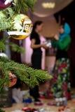 Dos mujeres adornan un árbol de navidad Foto de archivo libre de regalías