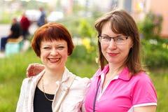 Dos mujeres al aire libre Fotografía de archivo libre de regalías