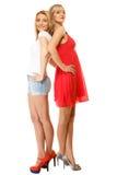 Dos mujeres atractivas de la moda en ropa del verano Fotos de archivo libres de regalías