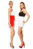 Dos mujeres atractivas de la moda en ropa del verano Imagenes de archivo