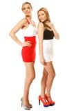 Dos mujeres atractivas de la moda en ropa del verano Fotos de archivo