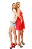 Dos mujeres atractivas de la moda en ropa del verano Fotografía de archivo libre de regalías