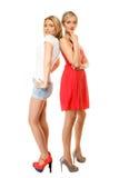 Dos mujeres atractivas de la moda en ropa del verano Foto de archivo