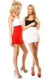 Dos mujeres atractivas de la moda en ropa del verano Fotografía de archivo