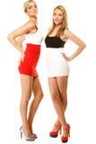 Dos mujeres atractivas de la moda en ropa del verano Imagen de archivo