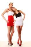 Dos mujeres atractivas de la moda en ropa del verano Foto de archivo libre de regalías