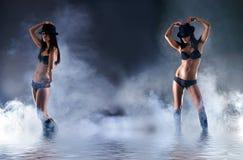 Dos mujeres atractivas en ropa interior erótica oscura Fotografía de archivo libre de regalías