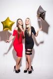 Dos mujeres atractivas felices del yougn que tienen partido Fotos de archivo libres de regalías