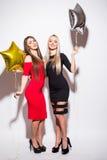Dos mujeres atractivas felices del yougn que tienen partido Imagen de archivo