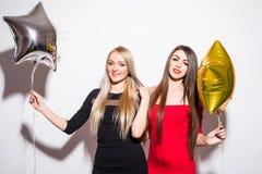 Dos mujeres atractivas felices del yougn que tienen partido Imágenes de archivo libres de regalías