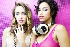 Dos mujeres atractivas hermosas del disco Imagenes de archivo