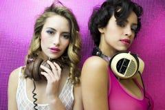 Dos mujeres atractivas hermosas del disco Imagen de archivo