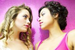 Dos mujeres atractivas hermosas del disco Fotos de archivo