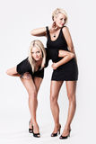 Dos mujeres atractivas jovenes en alineada negra Imágenes de archivo libres de regalías