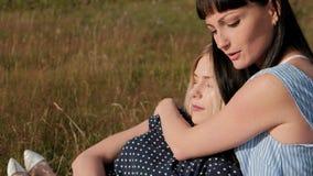 Dos mujeres atractivas jovenes que abrazan en la puesta del sol en naturaleza Concepto de la reconstrucción al aire libre Pares l metrajes