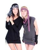 Dos mujeres bonitas de moda que se colocan y que presentan Fotografía de archivo
