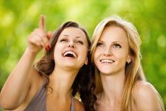 Dos mujeres bonitas del youngl en un parque Imagenes de archivo