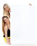 Mujeres jovenes con la tarjeta vacía para el texto. Fotos de archivo libres de regalías