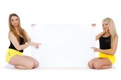 Mujeres jovenes con la tarjeta vacía para el texto. Imágenes de archivo libres de regalías