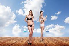 Dos mujeres bonitas jovenes en el embarcadero Foto de archivo