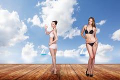 Dos mujeres bonitas jovenes en el embarcadero Foto de archivo libre de regalías