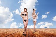 Dos mujeres bonitas jovenes en el embarcadero Fotografía de archivo libre de regalías