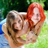Dos mujeres bonitas jovenes felices que comparten tiempo alegre al aire libre Fotos de archivo