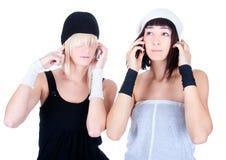Dos mujeres bonitas jovenes hacen llamadas Fotografía de archivo libre de regalías