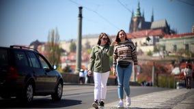 Dos mujeres bonitas jovenes que caminan en las calles de Praga almacen de video