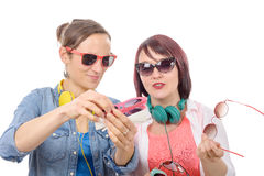 Dos mujeres bonitas que intentan en las gafas de sol Fotos de archivo libres de regalías